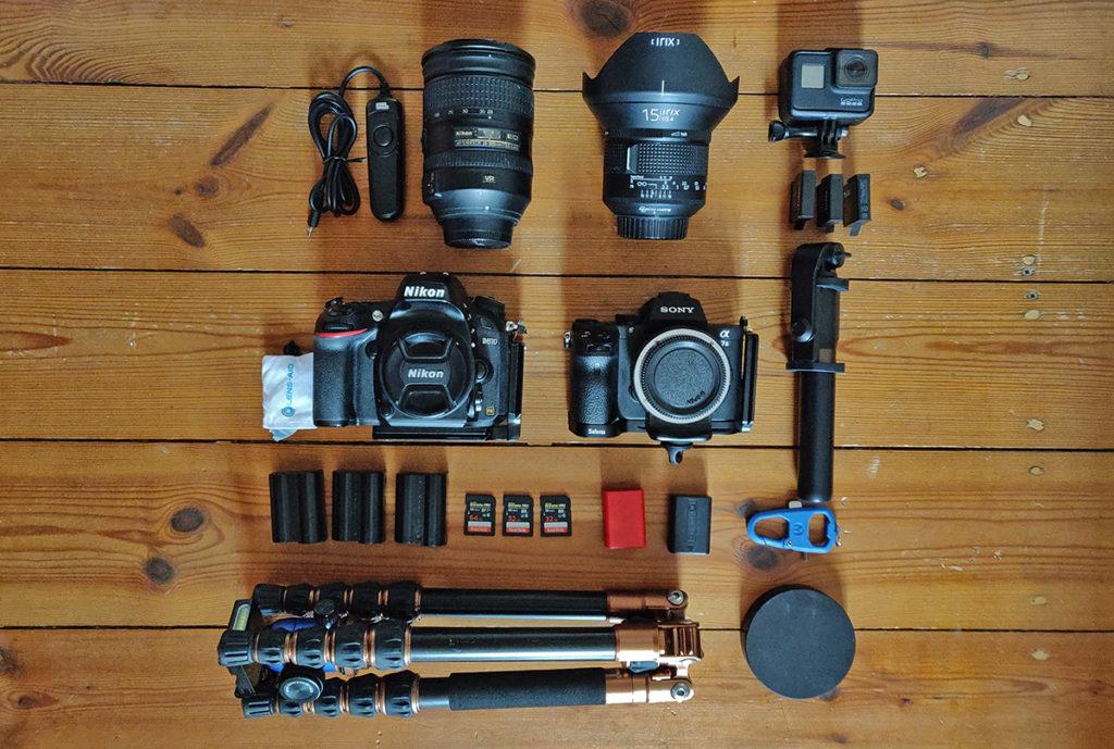 Die Ausrüstung von Felix für die nächste Fotoreise. Zu sehen sind Kameras, Objektive und reichlich Zubehör.